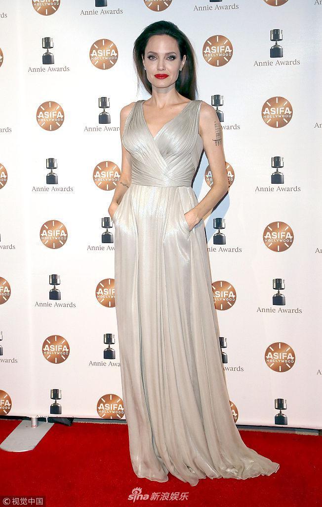 朱莉银色礼服性感亮相安妮奖红毯 烈焰红唇女神范十足