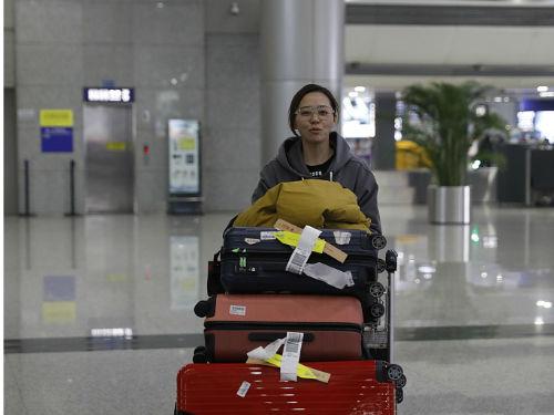 张靓颖推成堆行李回老家 素颜低调板着脸好像无人识