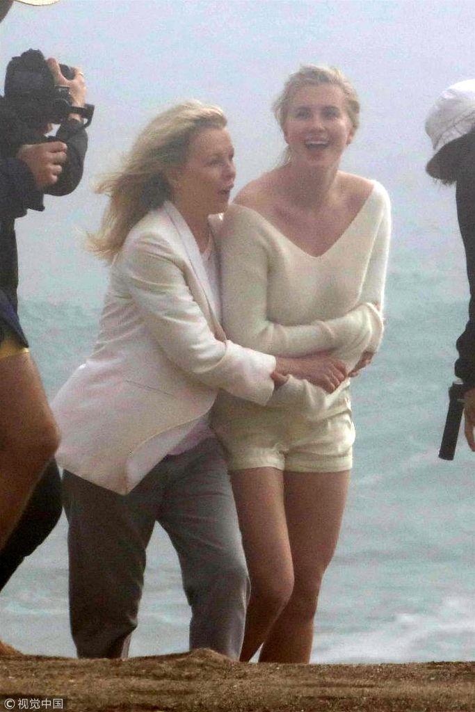 金・贝辛格与女儿海边拍大片 相拥亲吻凹造型似