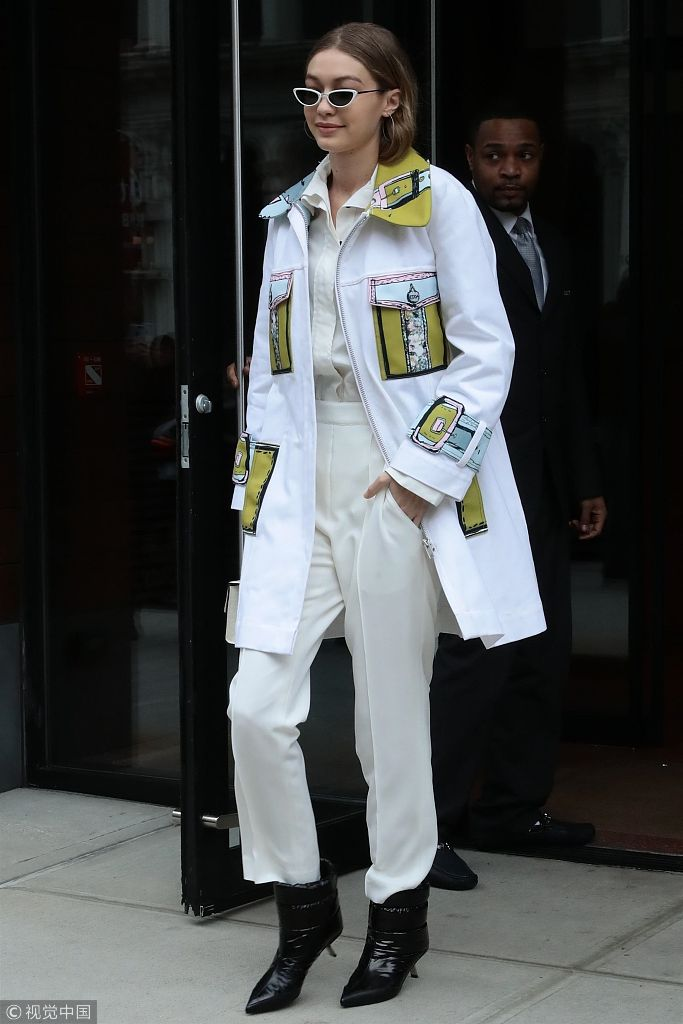吉吉影���$9.��acz-.y�.XZ^�xn�)_吉吉·哈迪德全白look引领时尚穿搭 黑超遮面大步流星