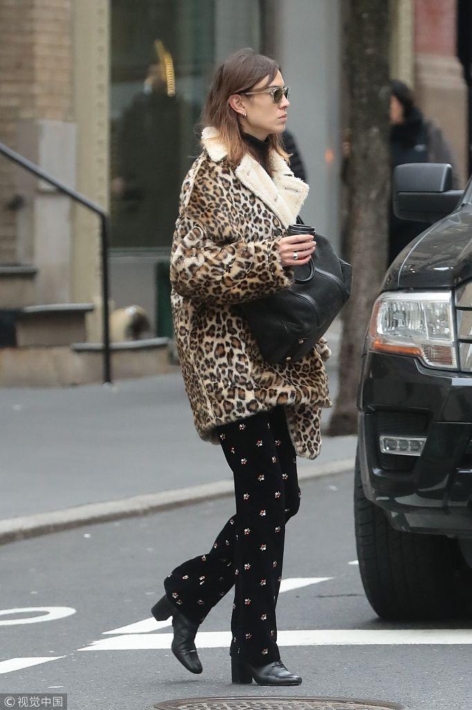 艾里珊・钟豹纹大衣配波点裤现身街头 大步流星玩转复古时尚
