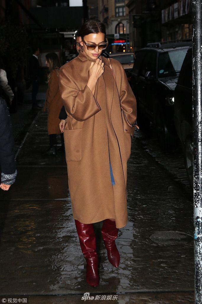 伊莲娜墨镜遮面穿红色长靴高冷十足 紧捂衣口小心行走防打滑