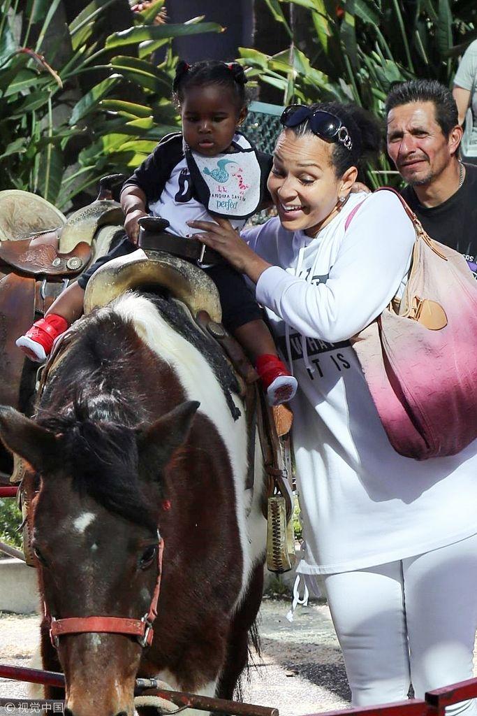丽莎蕾耶一身白装抱女儿骑大马 萌娃一脸惊恐求抱抱