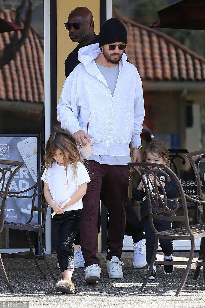 斯科特早起带孩子们去咖啡店 一人带俩娃小萝莉十分可爱