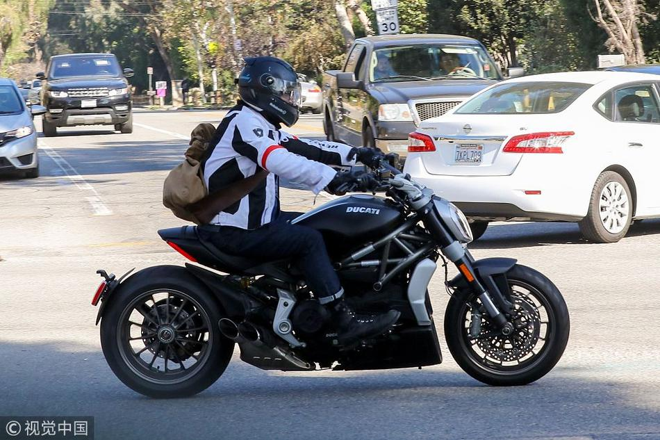莱德利・库珀骑摩托兜风 戴着头盔造型专业酷帅停车秀长腿