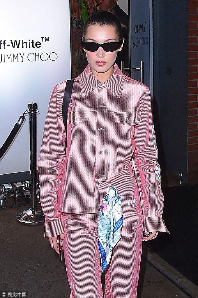 贝拉・哈迪德穿红色条纹套装帅气休闲 衣角别丝巾时髦抢眼