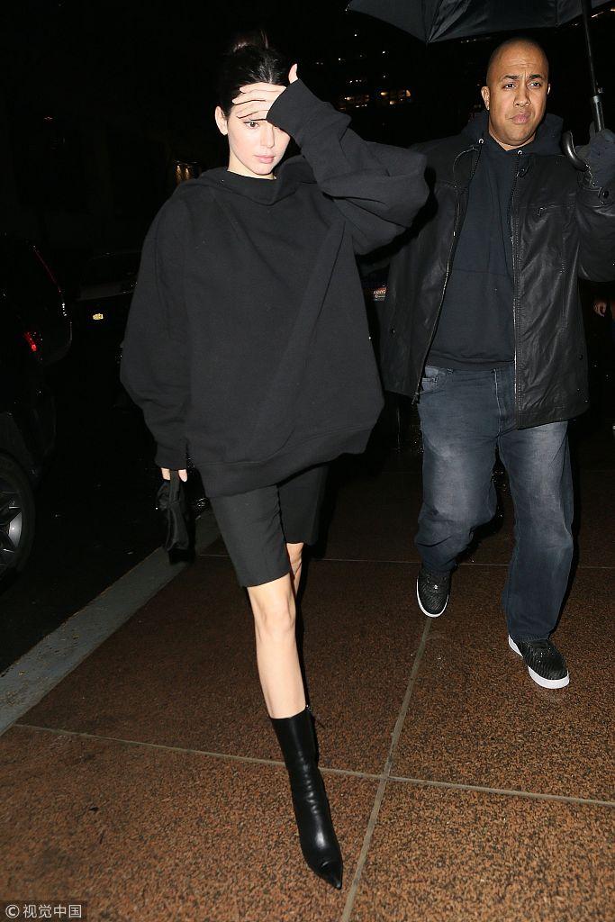 肯达尔・詹娜时髦爆表全黑造型帅气十足 卫衣配短裤尖头袜靴抢镜