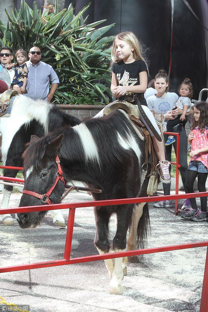 妮可・艾格特和女儿街头逗小动物 共享温情的亲子时光