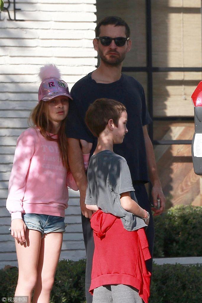 托贝・马奎尔带孩子外出三人动作神居然同步 小公主戴粉帽显俏皮