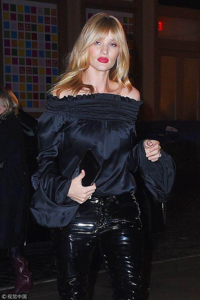 罗茜・惠特莉穿一字领秀香肩散发女人味 配漆皮裤红唇冷艳迷人