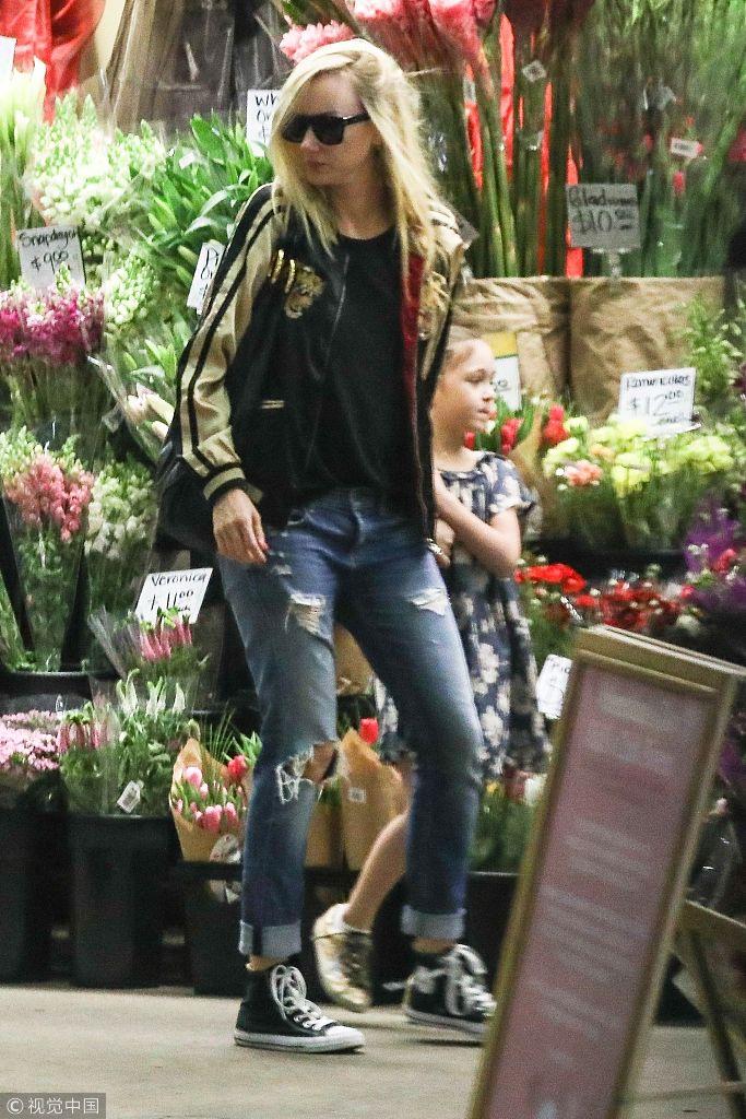 金伯莉・斯图尔特带女儿逛街 小萝莉被鲜花