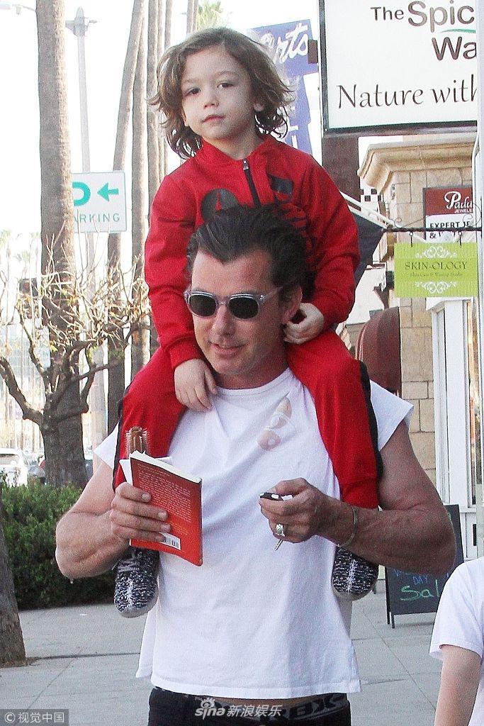 盖文・罗斯戴尔扛小儿子上肩头玩抱抱举高高 老爸力MAX
