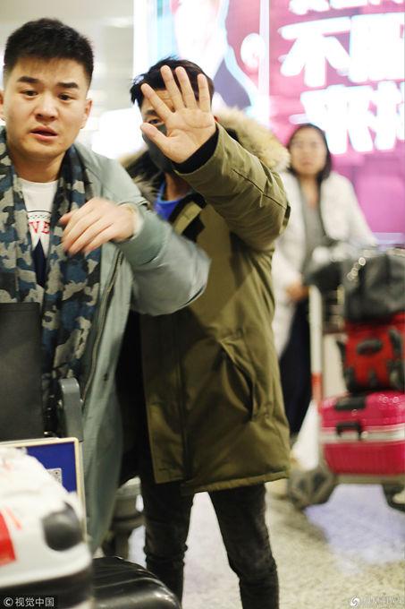 王宝强形色匆匆现身机场 口罩遮面挥手挡镜不让拍