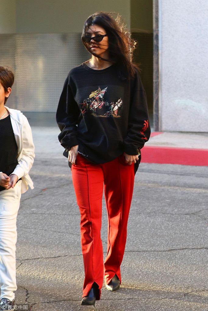 卡戴珊现身街头黑衣红裤扮潮 秀发被吹乱获儿子开车门