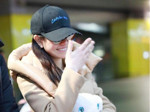 陈妍希现身机场素颜皮肤水润 获粉丝送公仔爱不释手
