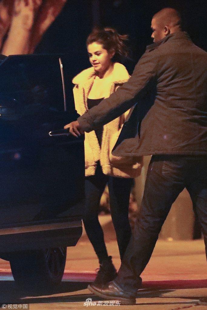 赛琳娜深夜约会比伯后离 获专车护送返程心情舒畅