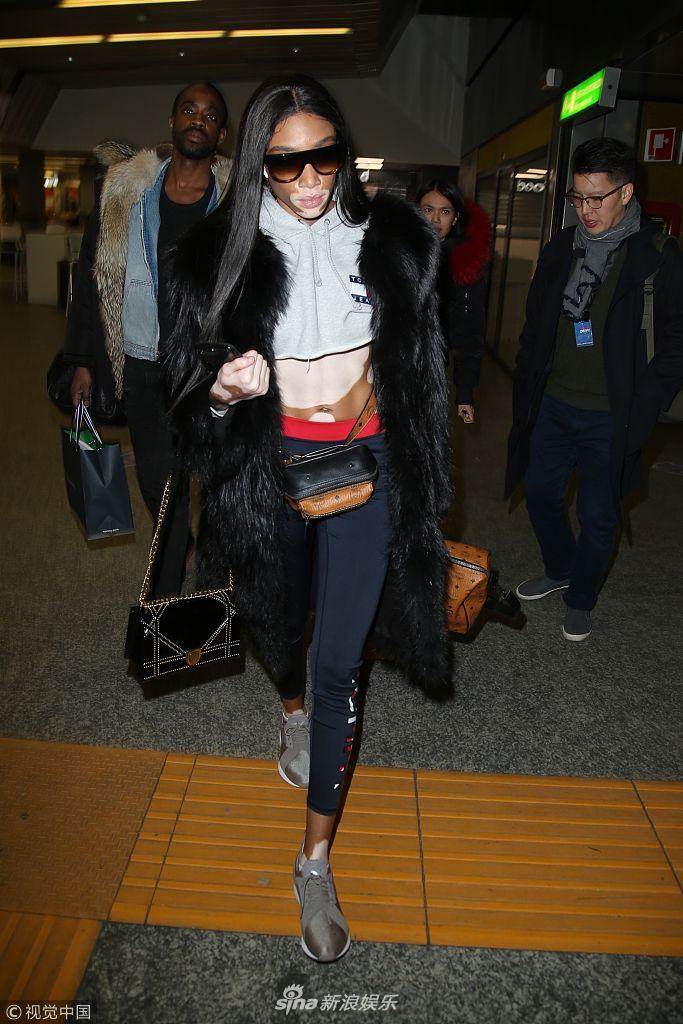 温妮・哈洛离开米兰亮相机场 裹皮草露蛮腰身材修长