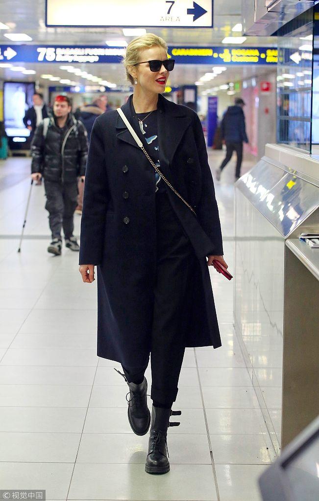 伊娃・赫兹高娃黑衣墨镜酷劲十足 走路带风红唇耀眼