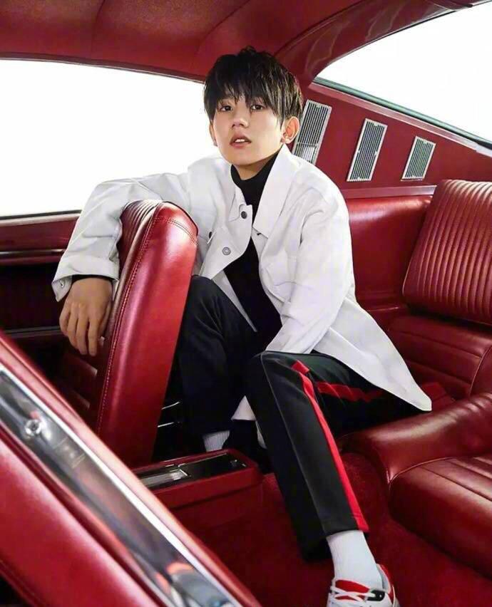 王源写真刷街 红图尽显性感
