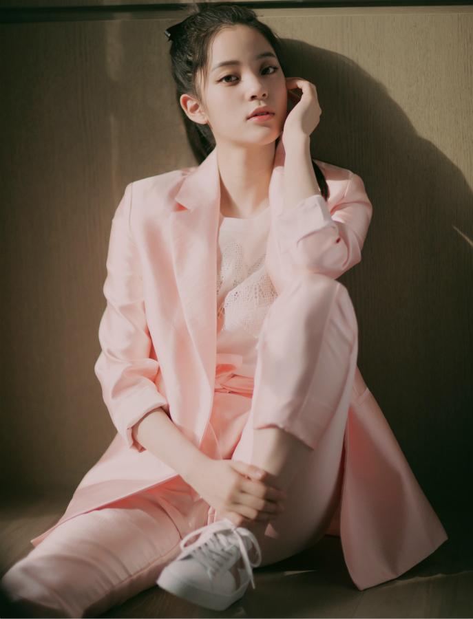 欧阳娜娜粉色西服亮相少女感十足 独特的少女青春气质