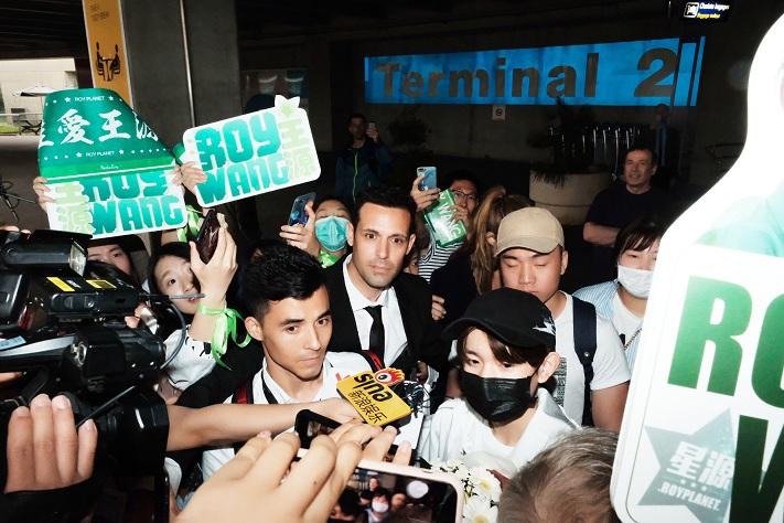 王源受双品牌邀约抵达戛纳 尼斯机场人气爆棚