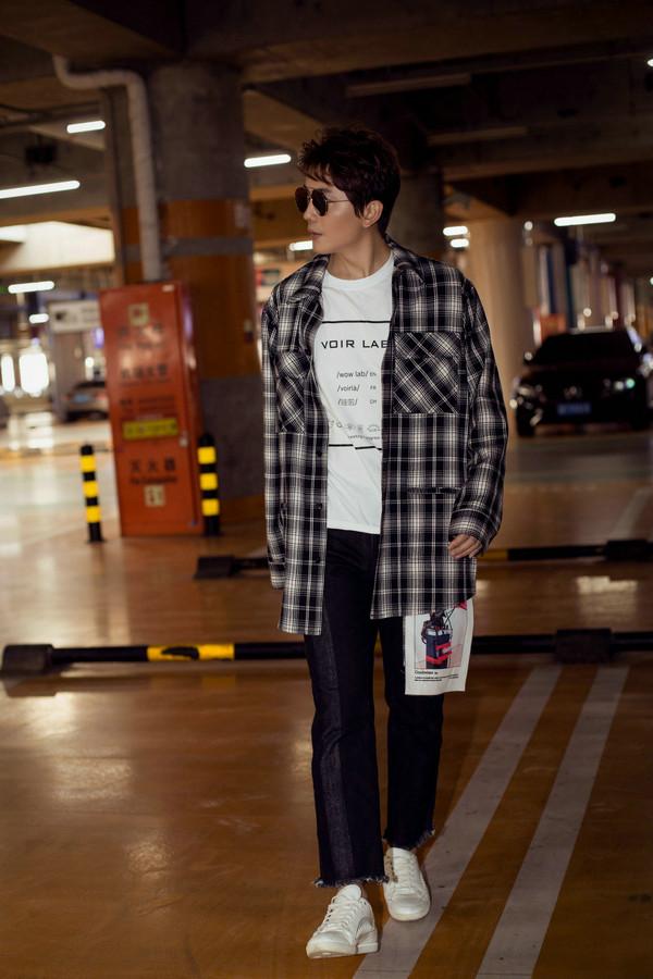 李亭哲戴墨镜酷劲十足 格子衫搭配深色牛仔裤帅气有型