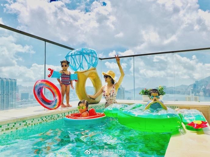 蒋丽莎携儿女泳池戏水 身材苗条纤细宛如少女