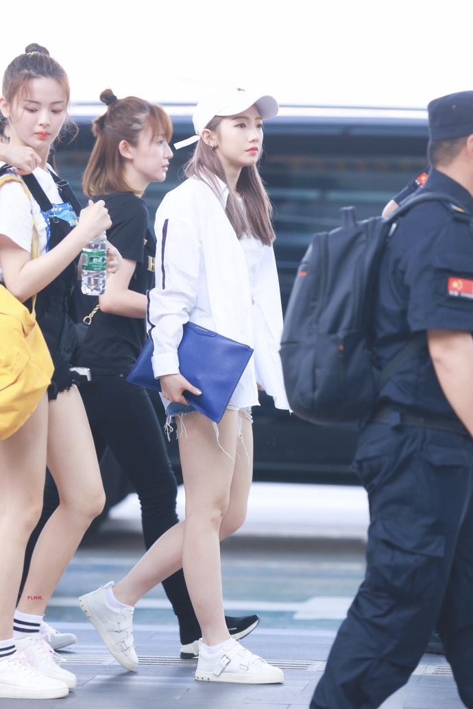 吴宣仪孟美岐杨超越现身机场 举应援手幅实力宠粉笑容甜