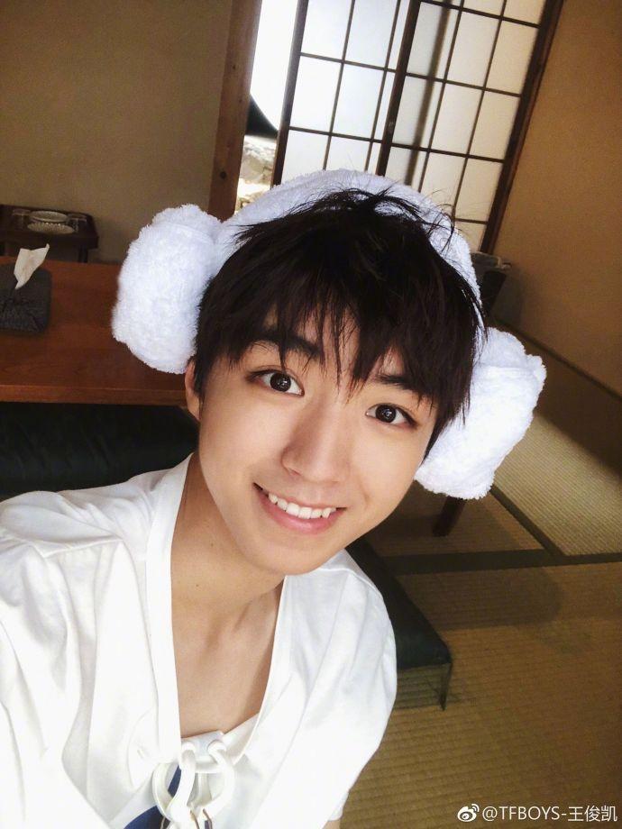 王俊凯戴白毛巾发自拍 笑容灿烂看起来可爱又少年