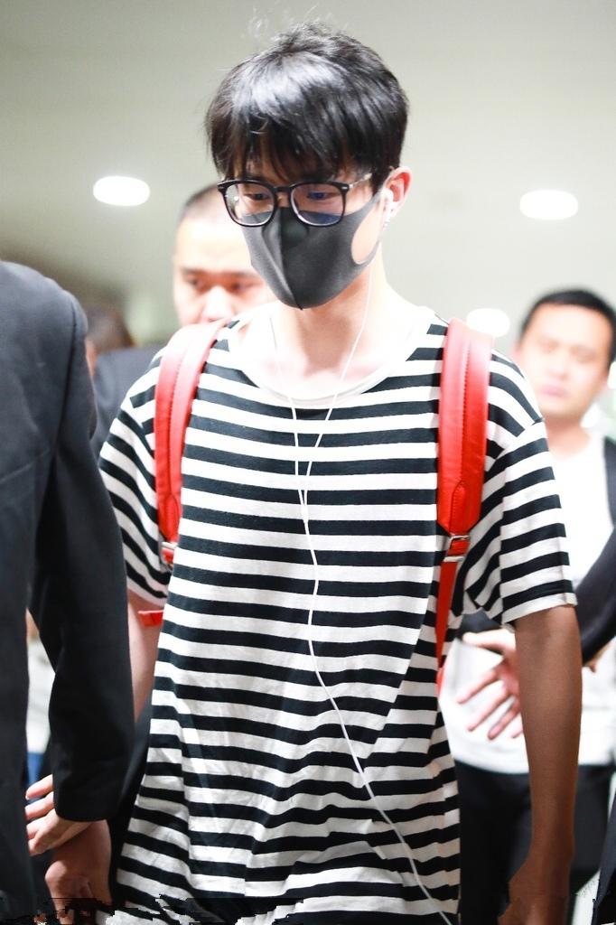 刘昊然简约黑白条纹衫现身 干净清爽少年感十足