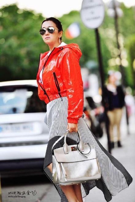 巩俐巴黎街头气场全开 银色手提包大气时尚