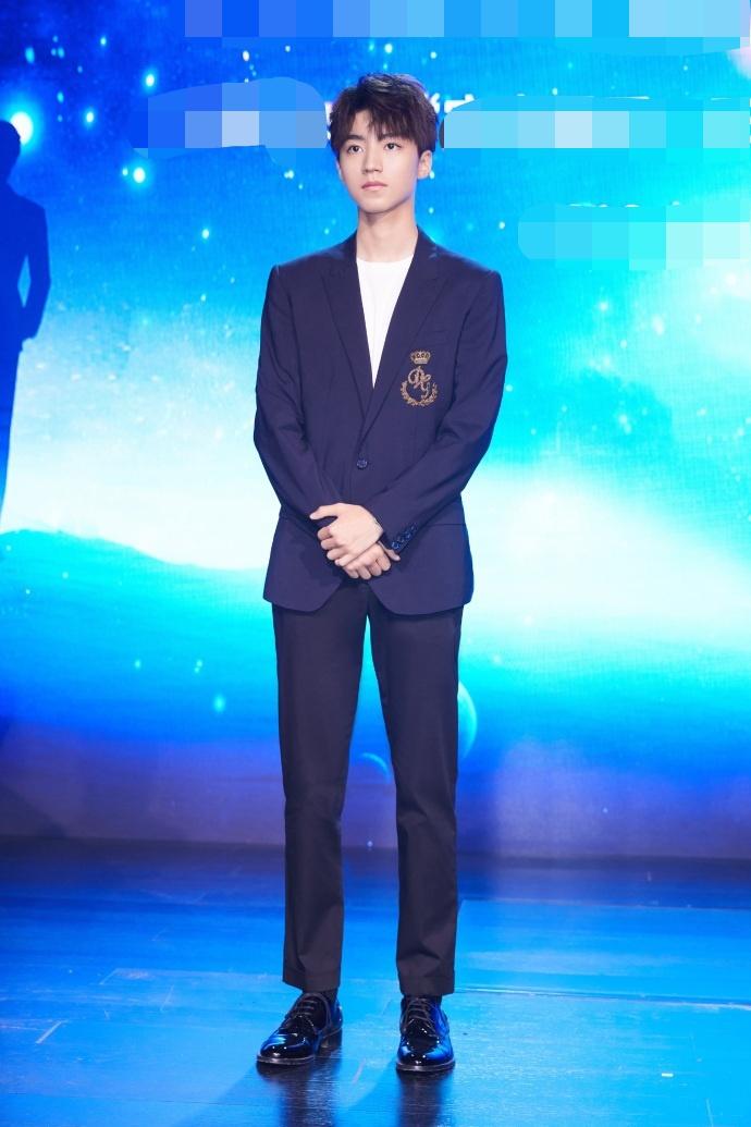 王俊凯参加活动西装革履长腿抢镜 英俊有型