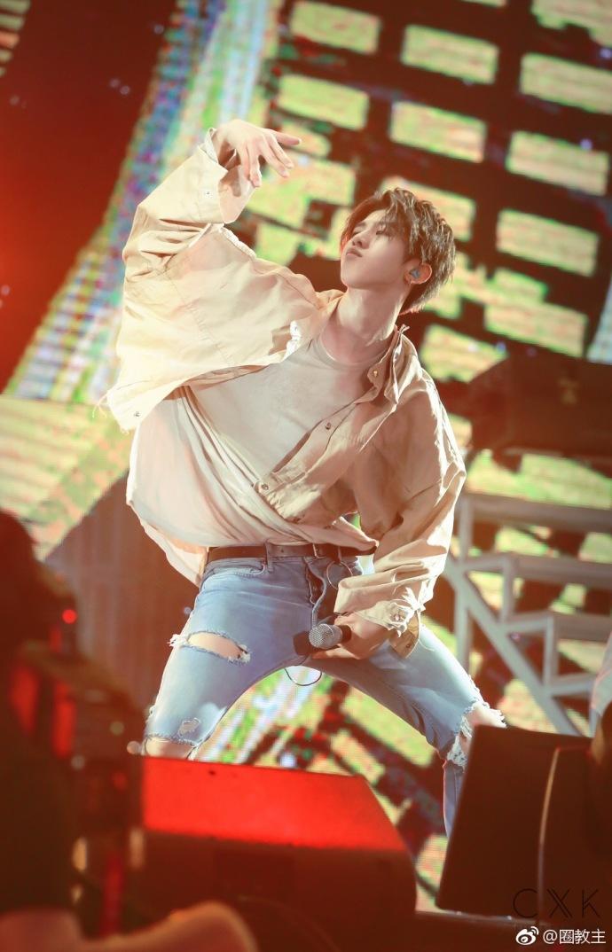 蔡徐坤跳舞湿透衣服 网友:年轻又美好的肉体