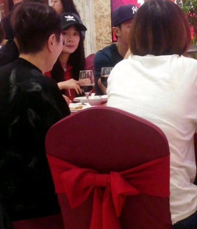 杨幂霍建华现身酒宴坐同桌 两人热聊畅饮关系好