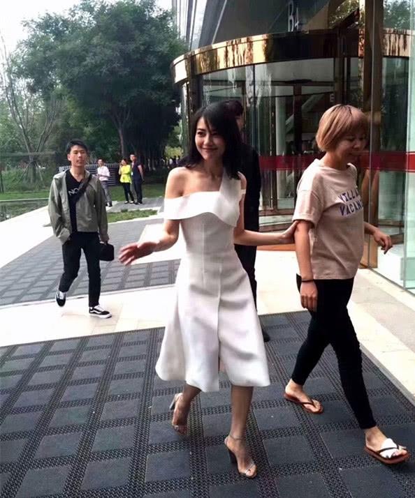高圆圆穿白裙露香肩 路人镜头下颜值不减