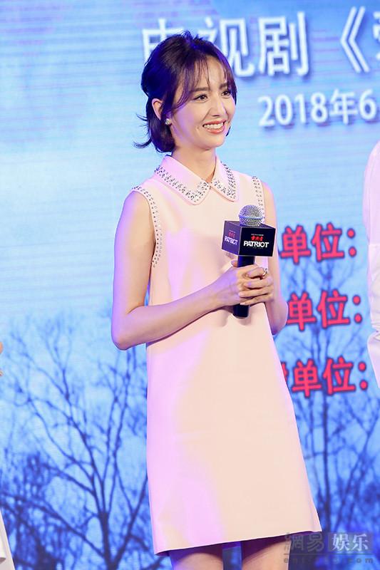 """《爱国者》发布会 张鲁一佟丽娅玩""""寻找颜红光""""的游戏"""