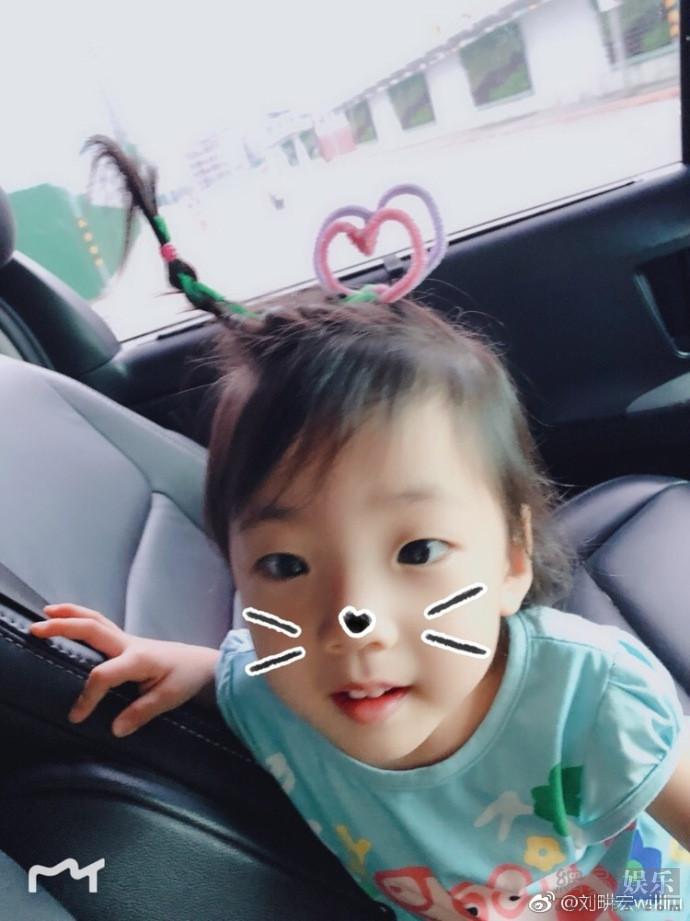 刘�u宏晒女儿新发型 小泡芙头顶爱心萌化人心