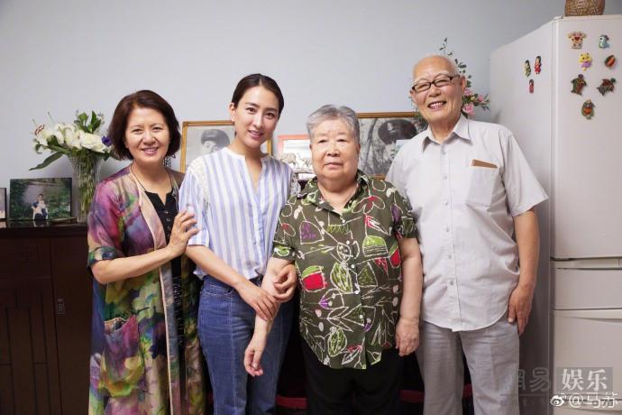 马苏端午节探望老艺术家 与黄宏等合影笑容满面