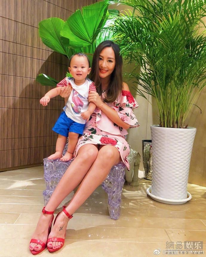关颖身穿印花裙携儿女出游 手牵女儿美腿吸睛