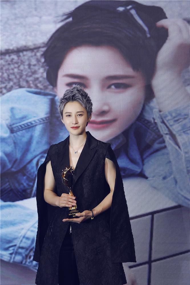 蒋璐霞亮相上海星盟时尚盛典 黑色服装女王范