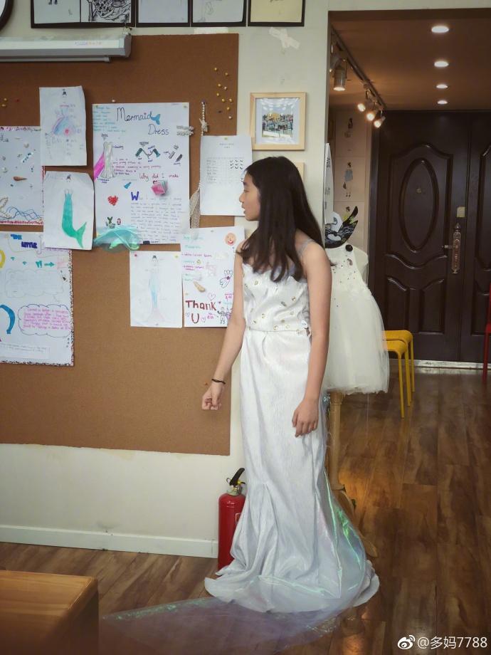 黄磊女儿多多设计礼服 还穿上自己的作品