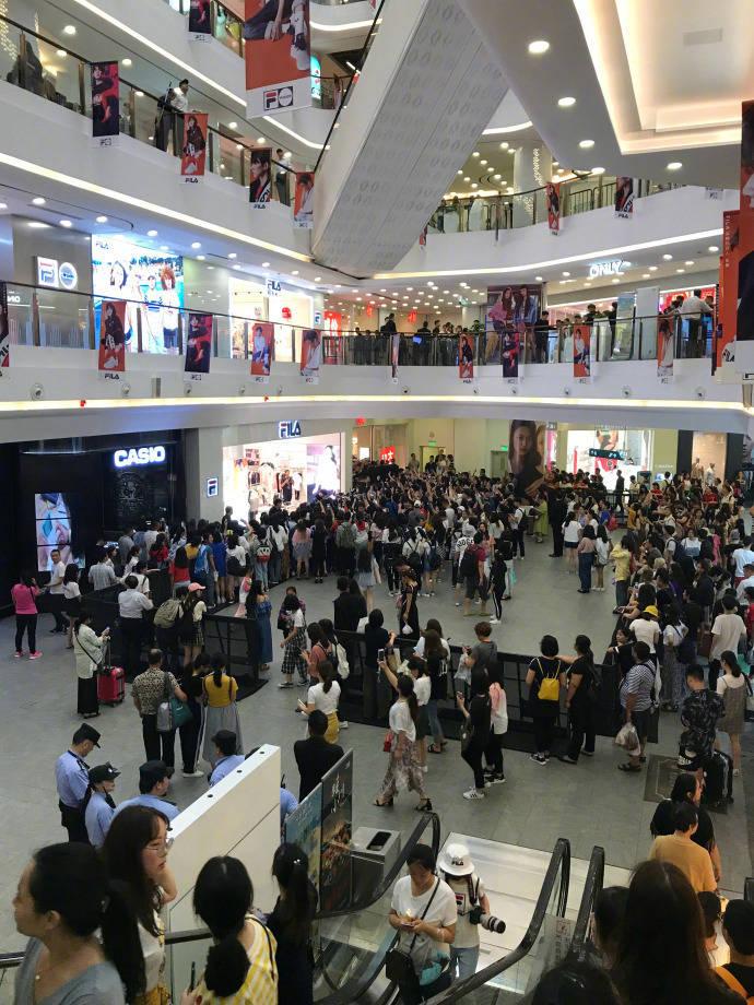 王源空降上海人气爆棚引围观  清新运动风彰显少年风度