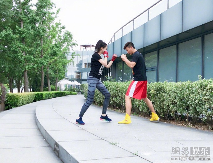 邹市明指导冉莹颖学拳击 身穿运动服酷感十足