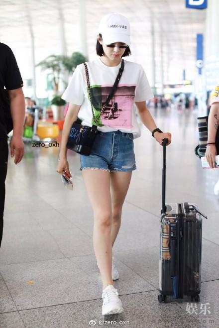 宋茜戴迷你墨镜现身机场 紧身热裤秀长腿翘臀