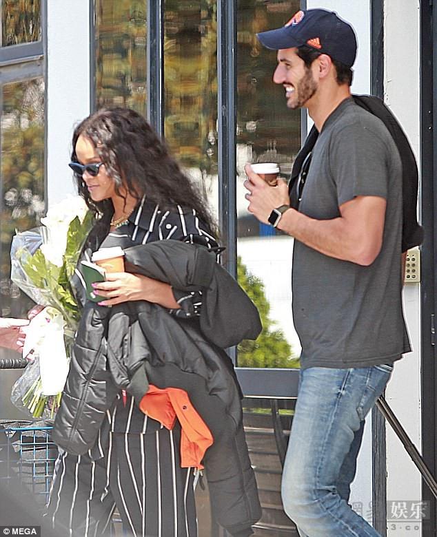 蕾哈娜霸气手指男友 看起来像是在教育批评