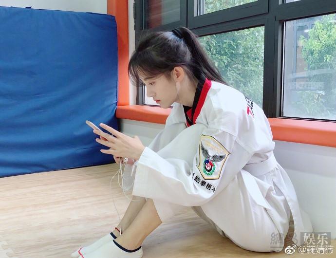 鞠婧�t穿跆拳道服气质清新 帅气高踢腿