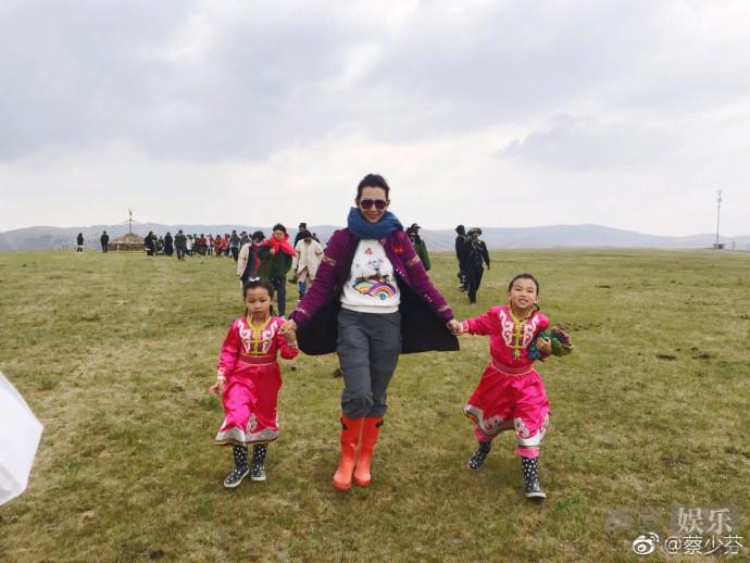 蔡少芬节目收官表不舍 穿蒙古族服饰草原上大合影