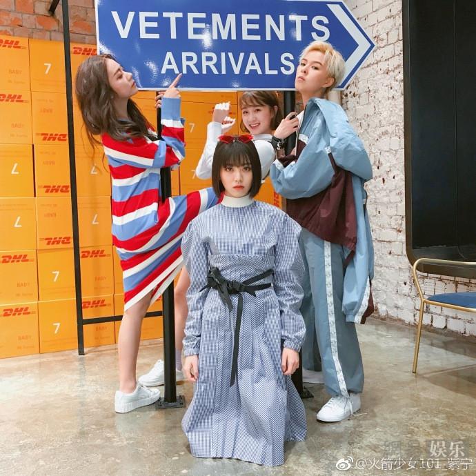 紫宁穿蓝白红毛衣 坐在购物车里超级可爱