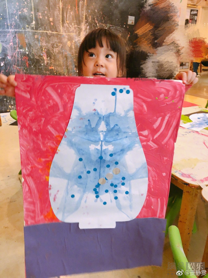 ����创作青花瓷出炉超开心 真是小小艺术家