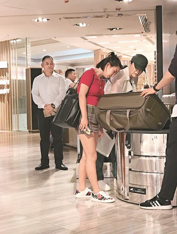 林青霞携小女儿逛街 母女俩相当亲密